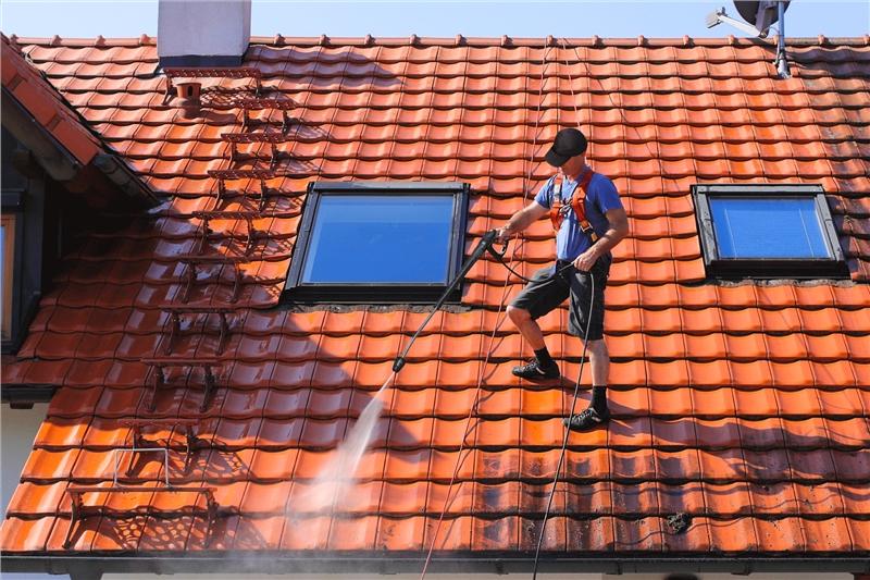 Zoom sur les principales étapes d'un démoussage de toiture