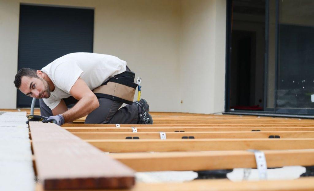 Installer une terrasse : est-il possible de le faire soi-même ?